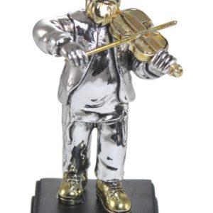 חסיד עומד ומנגן בכינור מתנות