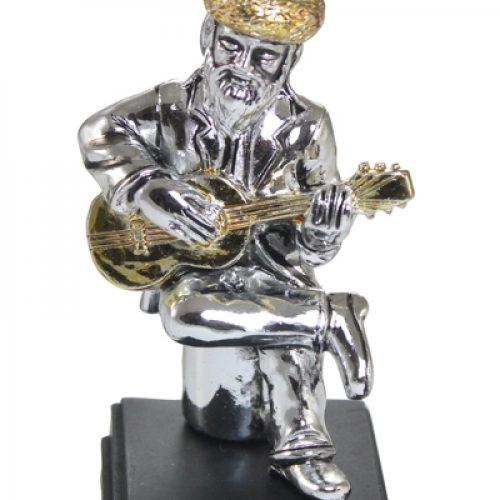 חסיד יושב ומנגן בגיטרה מתנות